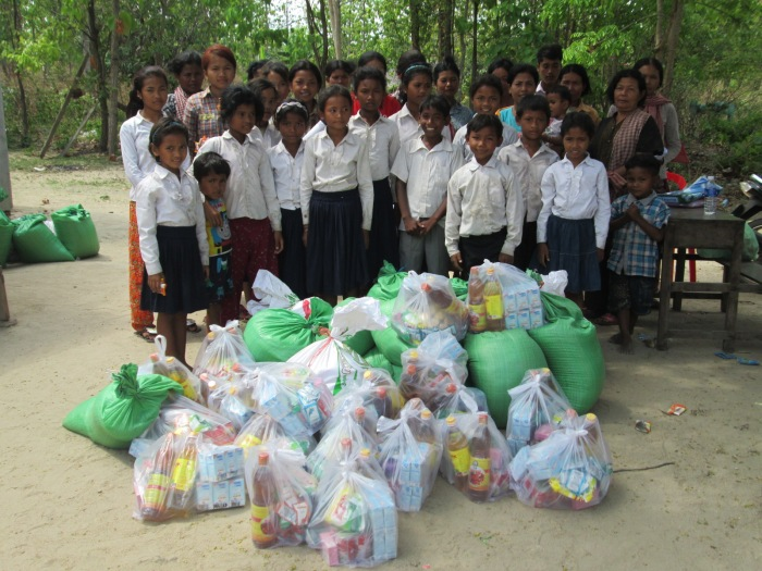 Delivery food to children at Thmor Keo